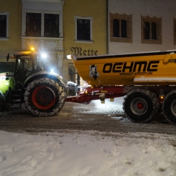 Unser Traktor mit Mulde beim Schneeberäumen in Freiberg (Januar 2017)