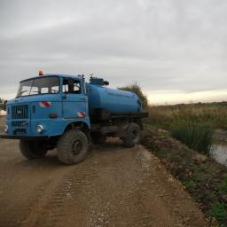 Einer unserer Wasserwagen beim Wasser aufsaugen aus einem kleinen Fluss