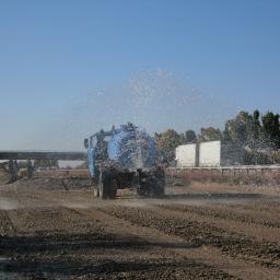 Ein Wasserwagen beim bewässern einer Baustelle